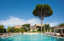 Zwembad van luxehotel Stock Foto's