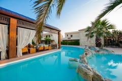 Zwembad van luxehotel Stock Afbeeldingen