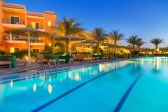 Zwembad van tropische toevlucht in Hurghada bij nacht Royalty-vrije Stock Afbeeldingen