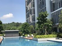 Zwembad in woonwijk stock afbeeldingen