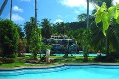Zwembad, zonlanterfanters naast de tuin Stock Afbeeldingen