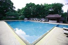 Zwembad, zonlanterfanters naast de tuin en de pagode Stock Foto