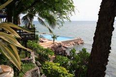Zwembad, zonlanterfanters naast de tuin en gebouwen Royalty-vrije Stock Foto's