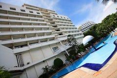 Zwembad, zonlanterfanters naast de tuin en gebouwen Stock Foto