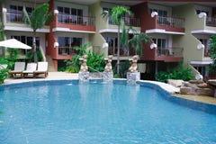 Zwembad, zonlanterfanters naast de tuin en gebouwen Stock Fotografie