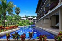 Zwembad, zonlanterfanters naast de tuin en gebouwen Royalty-vrije Stock Fotografie