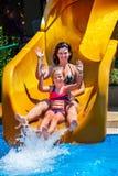 Zwembaddia's voor familie met kinderen op waterdia bij aquapark stock fotografie