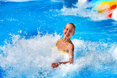 Zwembaddia's voor kinderen op waterdia bij aquapark stock foto's