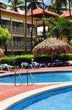 Zwembadhotel bij tropische toevlucht Stock Afbeeldingen