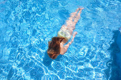 Zwemmen van het meisje onderwater in pool Royalty-vrije Stock Fotografie