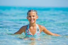 Zwemmend leuk meisje Stock Foto's