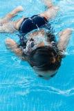 Zwemmend meisje royalty-vrije stock afbeelding