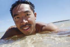 Zwemmende Aziatische Kerel Stock Afbeeldingen