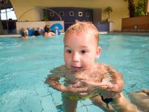 Zwemmende baby Stock Foto's