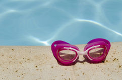 Zwemmende beschermende brillen en pool Stock Foto
