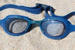 Zwemmende beschermende brillen op een strand Stock Fotografie