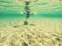 Zwemmende jongen Stock Afbeeldingen
