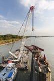 Zwemmende Kraan in actie tijdens brugdeconstruction Stock Afbeelding