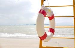 Zwemmende rubberring voor het Levenswacht het hangen op de ladder stock afbeeldingen