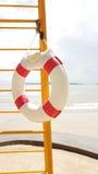Zwemmende rubberring voor het Levenswacht het hangen op de ladder royalty-vrije stock foto's