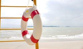 Zwemmende rubberring voor het Levenswacht het hangen op de ladder stock afbeelding