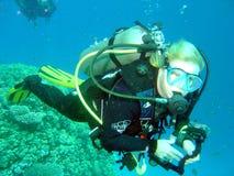 Zwemmende scuba-duiker Royalty-vrije Stock Afbeelding