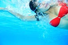 Zwemmende vrouw Royalty-vrije Stock Afbeelding