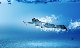 Zwemmende zakenman Royalty-vrije Stock Afbeelding