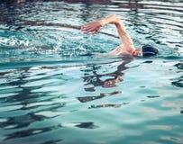 Zwemmer de ademhaling tijdens het zwemmen kruipt royalty-vrije stock foto