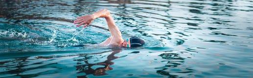 Zwemmer de ademhaling tijdens het zwemmen kruipt Panorama royalty-vrije stock afbeelding