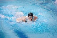 Zwemmer in de concurrentie swimwear nemende adem Stock Foto's