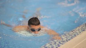 Zwemmer die bij camera glimlachen stock videobeelden