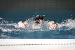 Zwemmer die Vlinderslag doet Stock Afbeeldingen