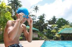 Zwemmer die zijn toestel bevestigt stock afbeeldingen