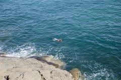 Zwemmer in een masker voor het zwemmen in het overzees Royalty-vrije Stock Foto's
