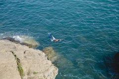 Zwemmer in een masker voor het zwemmen in het overzees Royalty-vrije Stock Afbeeldingen