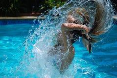 Zwemmer in een Pool die een Plons maken stock foto's