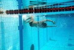 Zwemmer in het zwembad stock foto