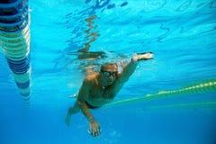 Zwemmer in het zwembad royalty-vrije stock foto's