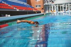 Zwemmer in het zwembad royalty-vrije stock fotografie
