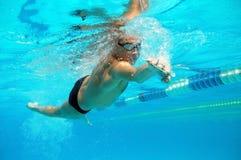 Zwemmer in het zwembad stock afbeeldingen