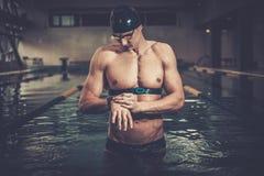 Zwemmer met de monitor van het harttarief stock afbeelding