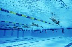 Zwemmers die in Pool rennen Stock Afbeelding
