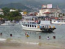 Zwemmers en Reisboten in Acapulco Stock Afbeelding