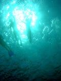 Zwemmers en snorkellers Stock Foto