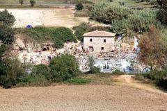 Zwemmers in Terme Di Saturnia, Italië stock foto's