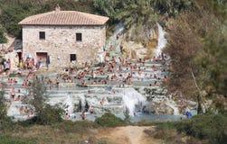Zwemmers in Terme Di Saturnia, Toscanië, Italië royalty-vrije stock afbeelding