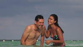 Zwemmersmensen die in oceaan lachen stock video