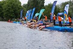 Zwemt de gezonde oefening van de triatlon triathletes sport Stock Foto's