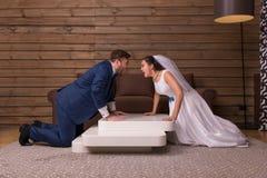 Zwerende bruid en bruidegom, jonggehuwdenverhouding Royalty-vrije Stock Foto